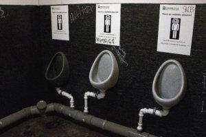 Miesten vessassa on vedettömiä urinaareja, joissa on kalvoilla toimivat hajulukot. Ne reagoivat nesteeseen ja sulkeutuvat välittömästi sen loputtua. Tila on täysin hajuton.