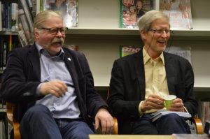 Kari Elkelä (vasemmalla) ja Olavi Hovi olivat Sahalahden kirjastossa pidetyn kotiseutuaiheisen illan tutut vieraat.