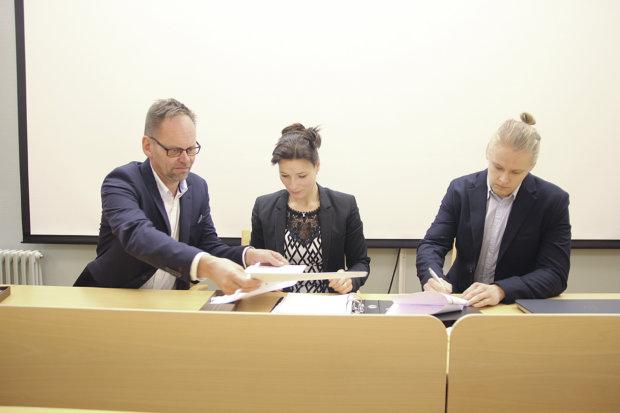 Toimitusjohtaja Mika Kantola, kunnanjohtaja Janita Koivisto ja hallintojohtaja Tuomas Hirvonen tarttuivat yhteisestä sopimuksesta kynään viime viikolla.