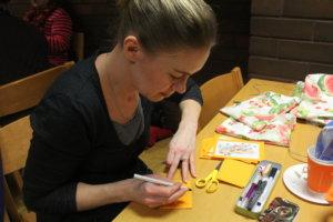 Mirva Nikkasella on valmistumassa hauskoja kortteja.