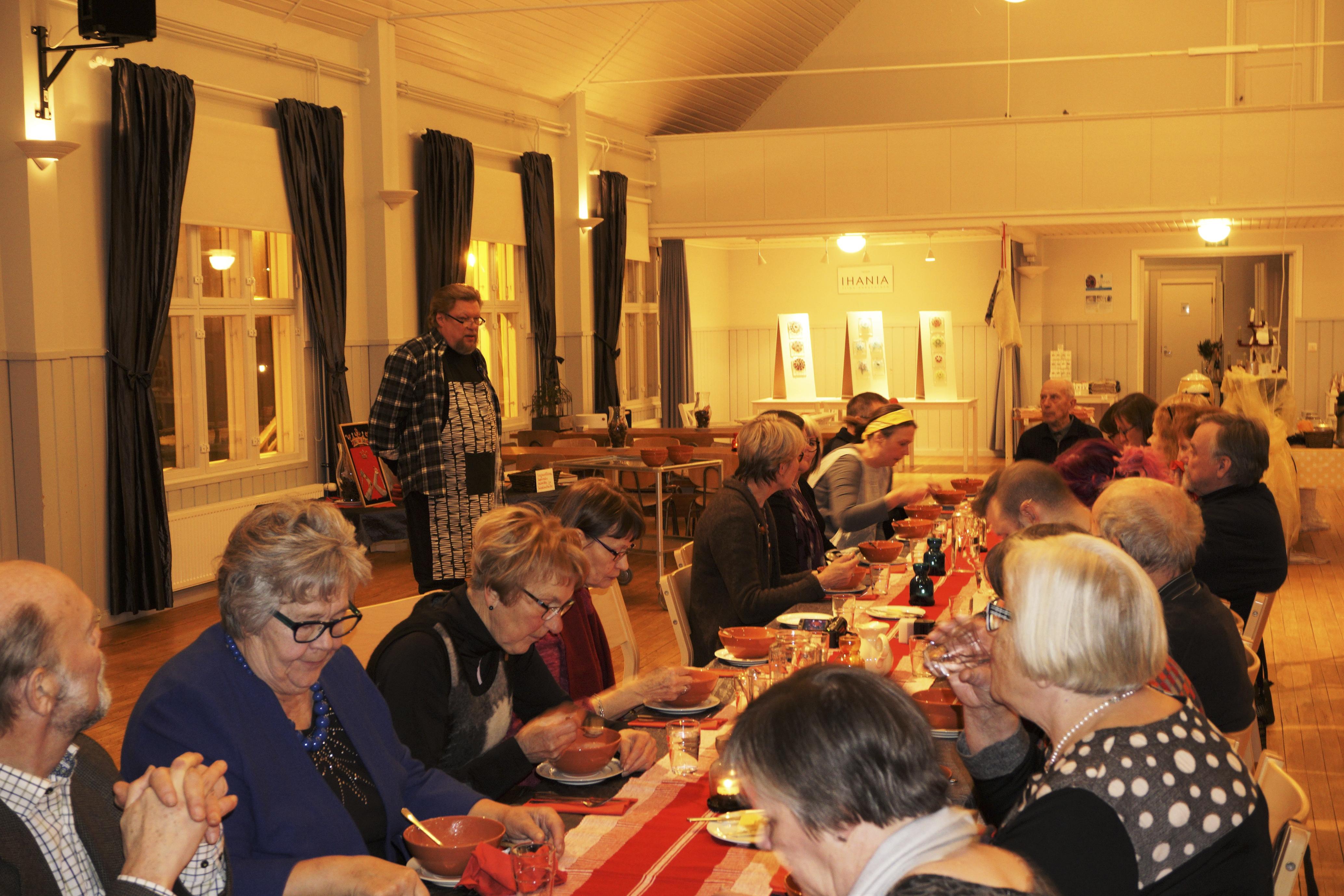 Pitkän pöydän ääressä oli aikaa sekä maisteluun että muisteluun. Kuva  Karoliina Korppoo. 720a9edf94