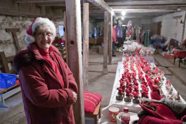 Liisa Bister toi tonttuarmeijansa Puutikkalan Puodin kivinavetalle, jossa pidetään joulumyyjäisiä vielä kahtena joulua edeltävänä lauantaina.