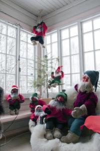 Liisa Bisterin tonttuja kiipeilee myös Puutikkalan Puodin verannan seinillä.