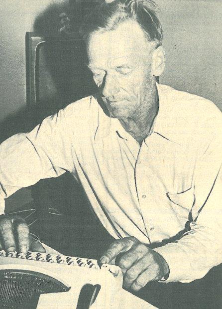 Veikko Pitkämäki ajautui poikkeukselliselle uralle kirjoituskoneen ostettuaan. Vuonna 1976 hänestä tehtiin 50-vuotishaastattelu Kunnallistiedot-lehteen.