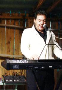 Pertti Palm on esiintynyt useasti muun muassa Luopioisten Sahtiseuran latotansseissa. Kuva vuodelta 2015.