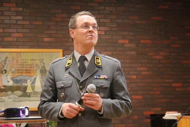 Kenttäpiispa Pekka Särkiö kertoi, että papeilla on tärkeä rooli myös kansainvälisillä kriisialueilla, missä tehdään yhteistyötä muun muassa sotilasimaamien ja -rabbien kanssa.
