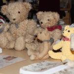 Nallet viettävät juhlavuotta Kangasalan kirjastoissa – nallepäivän ohjelmassa jumppaa, askartelua ja pehmolelujen yökyläilyä