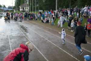 Radan reunus täyttyi kannustusjoukoista, kun pienet juoksijat pinkoivat Muksujuoksuissa.