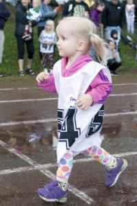 Julia Väyrynen juoksi kaksivuotiaiden tyttöjen sarjassa.