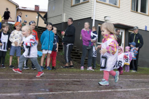 Stella Zeitlin ja Hilda Hyötyläinen vauhdissa kaksivuotiaiden sarjassa.