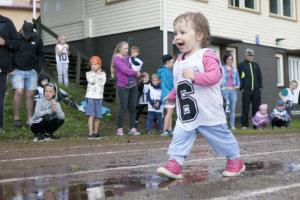 Venla Metsäkangas painelee 2-vuotiaissa tytöissä lätäköt loiskuen.
