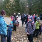 Pihtilammen taukopaikalla  Pohjan koulun oppilaita ja vanhempia; etualalla Ritva Syväoja-Koskinen yhdessä lastensa Mikon ja Nooran kanssa.