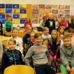 Iloisia Kostian koulun neljäsluokkalaisia yhteiskuvassa.