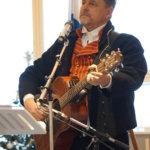 Juha Mansikka-aho lauloi ja soitti kitaraa ennen juhlapuhettaan.