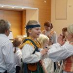 """1–4-luokkalaiset esittivät perinteisiä piirileikkejä, esimerkiksi leikit """"Piiri pieni pyörii"""" ja """"Hans vili vili""""."""