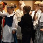 """1–2-luokkalaiset lauloivat reippaasti ja iloisesti laulun """"Nostetaan lippu salkoon"""". Koululaisten lisäksi musiikkia juhlaan toivat myös Kusti ja Tanja Vuorinen."""