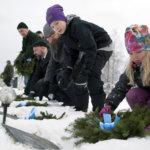 Lapset, mökkiläiset ja joulupukki laskivat seppeleet sankarihaudoille