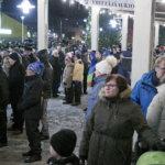 Torille kerääntyi runsaasti väkeä ilotulitusta katsomaan.