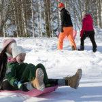 Sukulaiset ja kylän väki viettivät talvipäivää ladulla