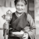 Katri Lassila: Nainen ja rukousmylly. Lhasa, Tiibet 2016