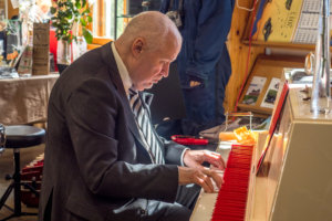 Tonu Naissoo soitti Abba-pianoa.