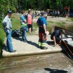Mikko Niemi avustaa kirkkoveneen kiinnityksessä laituriin.