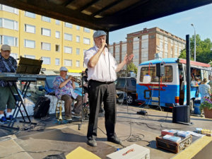 Pispalan sälli alias Ilkka Kuusniemi juhli 70-vuotispäiväänsä konsertoimalla torstaina Tampereen Tammelan torilla. (Kuva: Matti Pulkkinen)