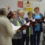 Kirkkokuoro lauloi kaupassa ja kirjastossa