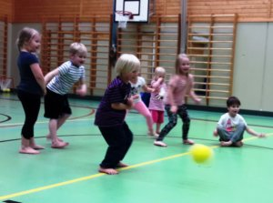 Johanna Lindholmin vetämä lasten liikuntakerho jatkuu syksyllä Luopioisten liikuntahallilla.