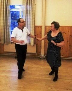 Pena ja Eliisa Lahtinen vetävät Luopioisten Seuratalolla sunnuntaisin paritanssikerhoa.