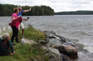 Kesän 2016 tiede/taide-leirin teemana oli ilmasto. Rauli-myrsky osui paikalle kuin tilauksesta juuri kun mittasimme tuulen nopeutta tutkija Achim Drebsin kanssa. Kuva: Anja Tyrväinen.