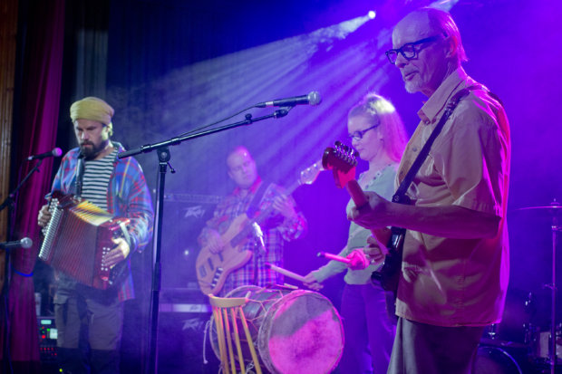 Jukka Tilsan (oikealla) Lörkvist Undergroundin lyömäsoittajana toimii kuhmalahtelainen Tanja Vuorinen. Rautajärvi-rockissa myös  Kusti Vuorinen (vasemmalla) hyppäsi haitareineen lavalle.