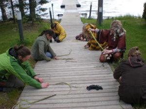 Maisema meissä -tiede/taide-leirillä kesällä 2010 valmistimme pajunarua arkeologi Johanna Sepän opastuksella. Kuva: Outi Nummi