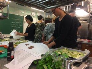 Leireillämme teemme usein yhdessä ruokaa. Tässä on valmistumassa klorofylliteemaa mukaillen lämmin vihreä salaatti. Kuva: Outi Nummi