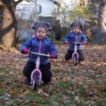 """""""Siinä on puolensa kun lapset käyvät samat kehitysvaiheet läpi samaan aikaan"""" – kaksosperheen arki voi olla myös yllättävän helppoa"""