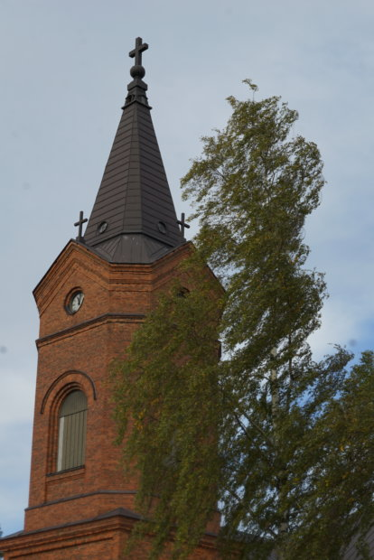 Kirkko keskellä kylää.