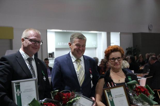 Janne Korpinen, Jussi Haavisto ja Minna Paananen myhäilivät yrittäjien ansioristiensä kanssa. Ilpo Vainio ja Kirsti Leimu olisivat olleet mukana potretissa ilman toista palkitsemistilaisuutta.