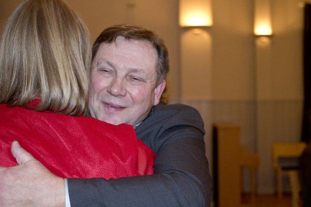 Markku Knaapi palkittiin Vuoden Yrittäjänä Kuhmalahdella. Onnittelemassa elinkeinoasiamies Irene Suhonen.