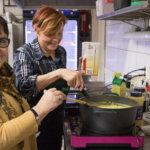 Eila Rönni ja Sirkku Nevaranta maustoivat kana-kasvis-pastavuoan lientä.