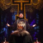 Ortodoksisuus kosketti syvästi Leo Tolstoita. Anna Kareninassa on kaunis hetki, jossa äitikirkko siunaa rakastavaisia. Pappina on Martti Manninen. (Kuva: Harri Hinkka)