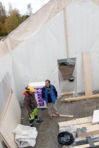 Kari Alho esitteli rakennustöiden etenemistä Seppo Kääriäiselle.