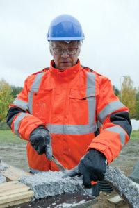 Markku Juutilainen leikkasi ekovillaeristeitä elementtien väliin.