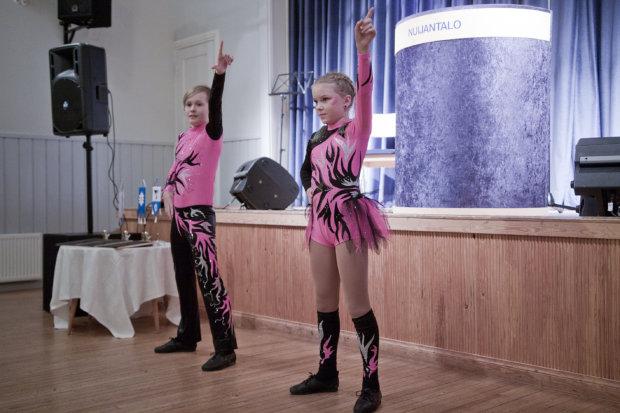 Pälkäneen yrittäjäjuhlan puhuja ja tanssijat saapuivat Valkeakoskelta: Rocking Flames -taiturit näyttivät, miten jalalla pannaan koreasti.