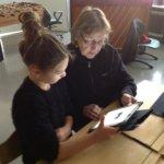Kautialan koulussa koko kylä oppii – oppilaat opettivat kurssilla iäkkäille tietotekniikkaa