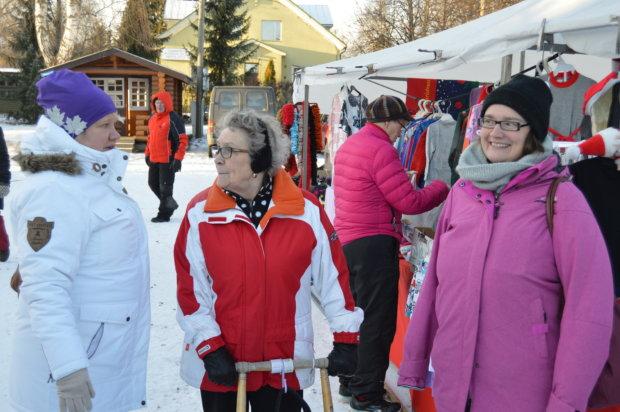 Riikka Juutila (vasemmalla), Mirjami Mikkola ja Camilla Eklöf juttusilla torilla. Taustalla ostoksilla Annikki Kallio.