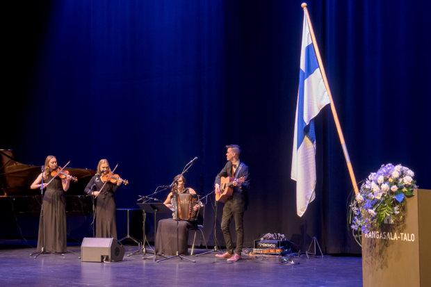 Finlandiastakin komean version esittäneet Hanna Hakomäki, Johanna Mattila, Elina Mäkelä ja Olli Sippola lavalla. Kuva: Hannu Söderholm
