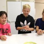 Aitoon martat ja koululaiset leipoivat yhdessä tähtipullia