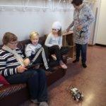 Kodin ja koulun päivä. Sisu ja Silja Viitanen koodaavat robottia mummojensa kanssa.