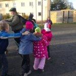 Kodin ja koulun päivä. Lapset ulkoleikeissä, mukana isä Tapani Suoniemi.