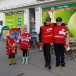 Aitoon oppilaita Nälkäpäivän lipaskerääjinä Anssin kaupan edessä. Vasemmalta Jonne Penttilä, Vieno Martikainen, Aarni Kihlström ja Arttu Sunnari.